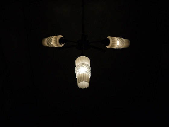 TRIJEKOSI_chandelier_threearm_glass_wood_01